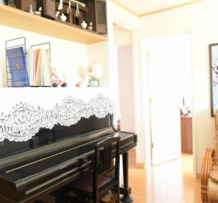 部屋にはピアノもあります
